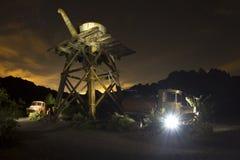 Venuta leggera spettrale dall'automobile abbandonata in città fantasma Immagini Stock