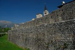 Venzone, Friuli,意大利。 村庄墙壁 库存照片