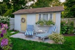 verão com uma casa de campo litoral típica do verão de Nova Inglaterra imagem de stock