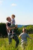 Verão da família - jogando no prado Fotografia de Stock Royalty Free