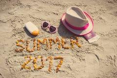 verão 2017 da inscrição, acessórios para tomar sol e passaporte com as moedas euro- Foto de Stock Royalty Free