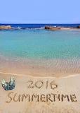 verão 2016 da inscrição e o mar Fotografia de Stock Royalty Free
