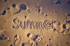 verão da palavra na areia fotos de stock