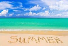 verão da palavra na praia imagens de stock royalty free