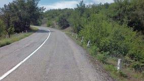verão de Autotravel ao sul de Crimeia Estradas serpentinas bonitas da montanha vídeos de arquivo
