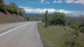 verão de Autotravel ao sul de Crimeia Estradas serpentinas bonitas da montanha filme