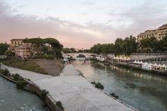verão 2016 de Roma Itália Opinião da noite da ilha de Tibre (Isola Tiberina) Imagens de Stock Royalty Free