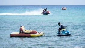 verão, dia azul, cesta do ` s do capitão, mar que joga a água, esse ` s Ki fotos de stock royalty free