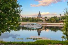 verão 2016 do navio a vapor do prazer de Olginsky da ponte de Velikaya do rio de Pskov Fotografia de Stock