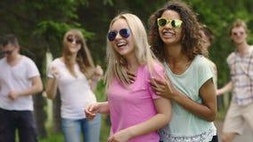 verão, dois melhores amigos fêmeas que dançam no partido, jovens que têm o divertimento filme