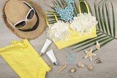 verão e proteção solar, de cosméticos da beleza produto para cuidados com a pele e acessórios das mulheres no conceito de produto imagem de stock