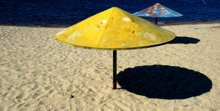 Verão em uma praia guarda-chuvas velhos do metal Fotografia de Stock Royalty Free
