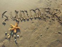 Verão escrito na areia Foto de Stock