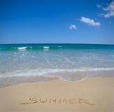 verão escrito na areia da praia foto de stock