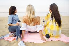 verão, feriados, férias e conceito da felicidade - grupo de amigos atrativos novos das mulheres na praia Fotografia de Stock Royalty Free