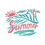 verão 2018 Inscrição e folha de palmeira e sol tirados mão Imagens de Stock Royalty Free