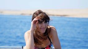 verão, mar, retrato, mulher moreno nova bonita que veste um maiô e os óculos de sol, estando na plataforma video estoque