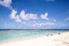 verão na praia Praia bonita e mar tropical Imagens de Stock Royalty Free