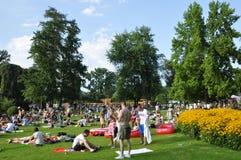 verão: os povos no passeio e no parque ricos do lago Seefeld do ¼ de ZÃ estão tomando um banho do sol ou uma nadada imagem de stock royalty free
