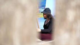 verão, praia do mar nascer do sol, artista bonito da mulher no tempo livre do desenho, funcionamento no portátil, comunicando-se  filme