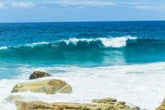 verão Rocky Coastline das ondas de oceano Imagem de Stock Royalty Free
