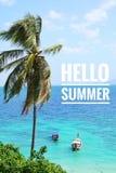 """verão tropical com árvore de cocos, barco da cauda longa, o céu azul e o mar azul Exprime o  de Summer†do """"Hello fotos de stock"""