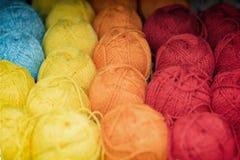 Verändertes und helles mehrfarbiges flaumiges Garn für das Stricken Speicher von Waren für Kreativität und Näharbeit liebhaberei stockfotos