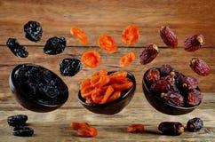 Veränderung von Trockenfrüchten: Pflaumen, getrocknete Aprikosen, Daten Stockfotos