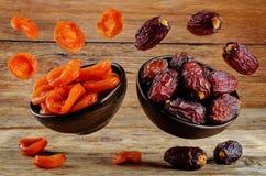 Veränderung von Trockenfrüchten: Pflaumen und getrocknete Aprikosen Stockfoto