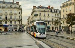 VERÄRGERT, FRANKREICH - 26. SEPTEMBER 2013: Stadttram mit einem Regenbogenflaggenemblem von LGBT in Anges, Frankreich lizenzfreie stockfotos