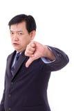 Verärgert, Umkippen, ernster Geschäftsmann, der unten Daumen gibt Stockfoto