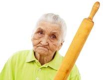 Verärgerte alte Frau, die mit einem Rollenstift droht Lizenzfreies Stockbild
