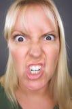 Verärgerte blonde Frau Stockfoto