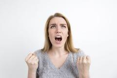 Verärgerte blonde schreiende Frau Stockfotografie