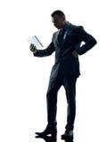 Verärgerte digitale Tablette des Geschäftsmannes lokalisiert Stockbild