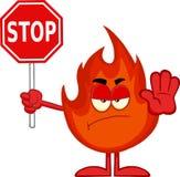 Verärgerte Feuer-Zeichentrickfilm-Figur, die ein Stoppschild hält Stockbild
