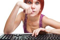Verärgerte Frau auf dem Computer, der das Internet surft lizenzfreie stockfotos