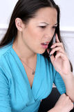 Verärgerte Frau auf Mobiltelefon Stockbilder