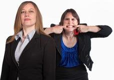 Verärgerte Frau bildet ein Gesicht Stockbilder