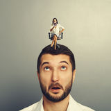 Verärgerte Frau, die auf dem überraschten Mann sitzt Stockfoto