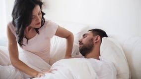 Verärgerte Frau, die den Mann schläft im Bett aufweckt stock video footage