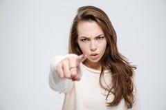 Verärgerte Frau, die Finger auf Kamera zeigt Stockfotos