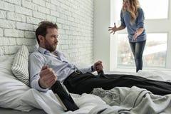 Verärgerte Frau, die mit Ehemann spricht Lizenzfreies Stockbild