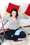 Verärgerte Frau, die zu Hause aufräumt. Stockbilder