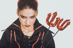 Verärgerte Frau im Teufelkarnevalskostüm Lizenzfreie Stockfotos