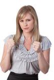 Verärgerte Frau mit den zusammengepreßten Fäusten Stockbild
