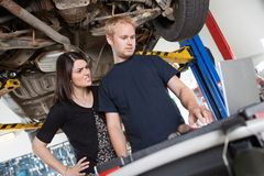 Verärgerte Frau mit Mechaniker Lizenzfreies Stockfoto
