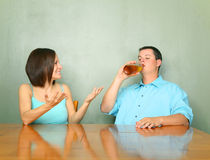 Verärgerte Frau in Richtung zu ihrem betrunkenen Ehemann Lizenzfreies Stockbild