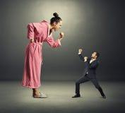 Verärgerte Frau und kleiner henpecked Ehemann Stockbilder