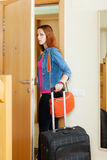 Verärgerte Frau verlässt nach Hause mit Koffer Stockfoto